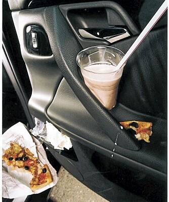 DISTRAKSJONER: I bilen driver vi med mye som distraherer primæroppgaven: å kjøre bilen. ILLUSTRASJONSFOTO: Colourbox.no
