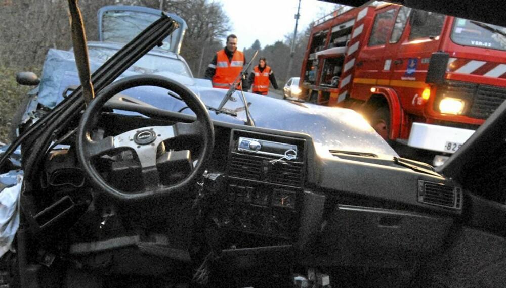 MØTEULYKKER: Bråstoppen dreper. Det er en grunn til at stadig flere biler kommer med kjørefeltvarsling - hjelp til å holde oss i riktig felt. ILLUSTRASJONSFOTO: Colourbox.no