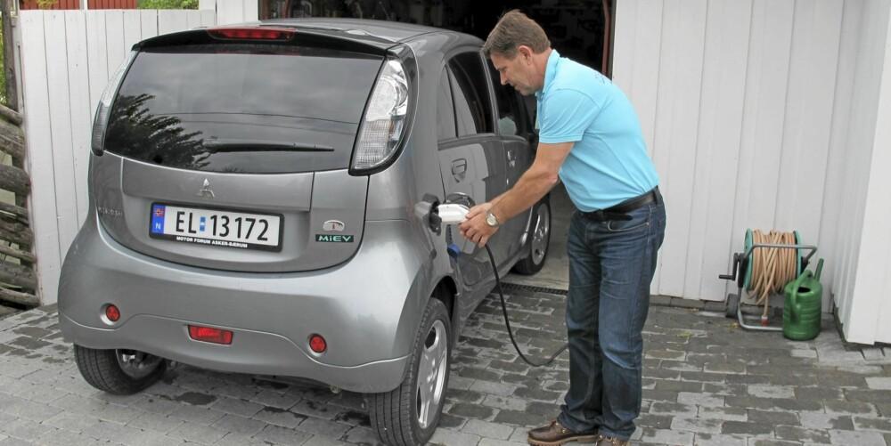 FORNØYD: SUV-eier Rolv Guddal har anskaffet seg en elbil, og er såre fornøyd etter første halvår. FOTO: Geir Svardal