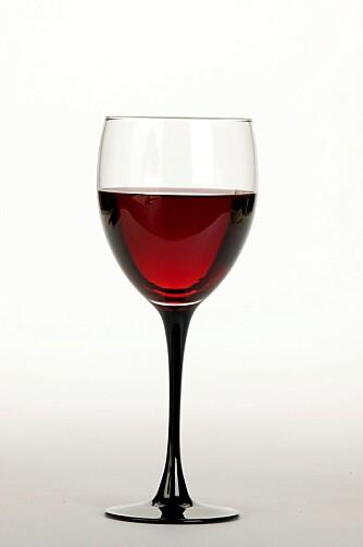 For å forbrenne et glass rødvin, må du gå raskt i 1/2 time. (Foto: Scanpix)