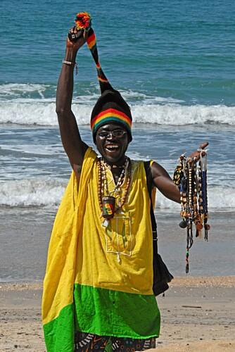 HOBBY: Rastafariene selger smykker og suvenirer på stranda. Det kan i beste fall kalles en hobby som bedrives til de får innpass hos en elskovsyk, kvinnelig turist.