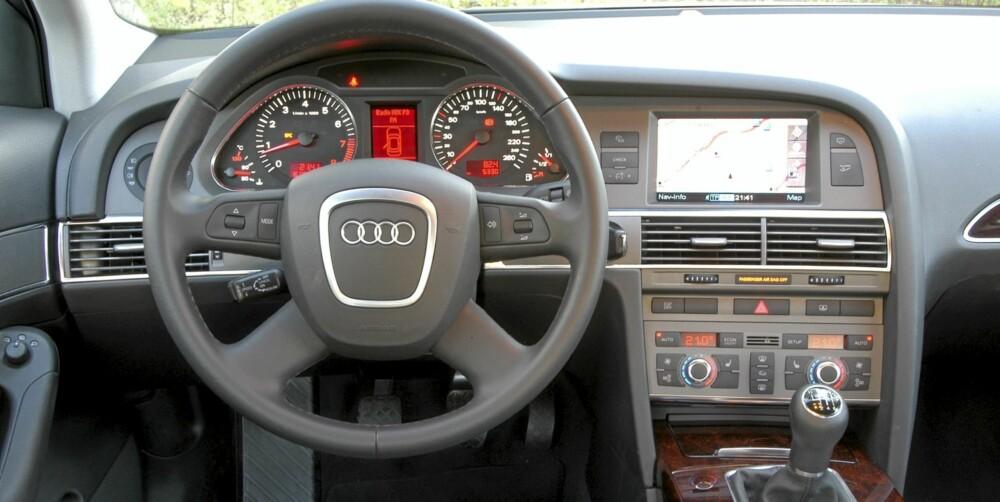 ELEGANSE: Solid kvalitetsfølelse og stram design preger interiøret på denne Audi A6 fra 2005.