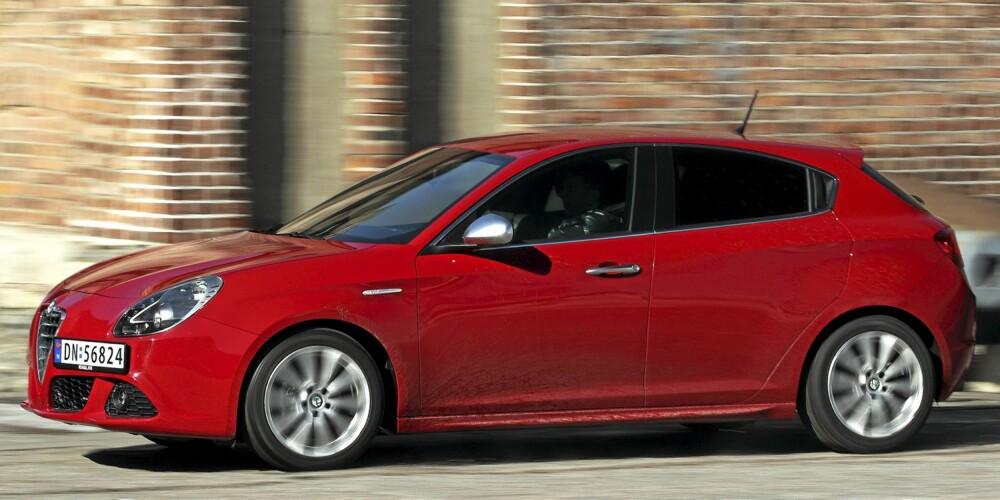 LEKKER: Alfa Romeo har særegen design. Dessuten vil du aldri risikere å møte den ved hvert gatehjørne. FOTO: Egil Nordlien, HM Foto
