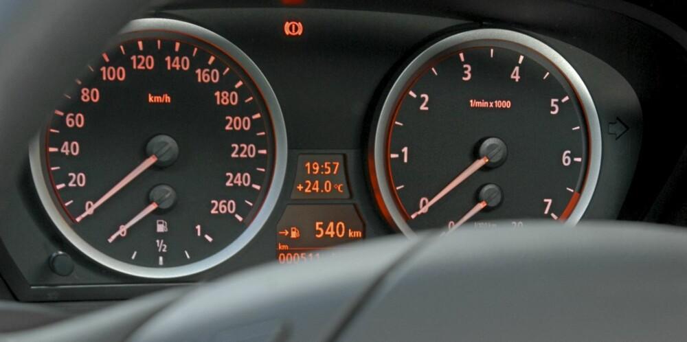 NØKTERNT: Instrumenteringen er klassisk BMW, ikke noe unødvendig pynt og veldig ryddig.