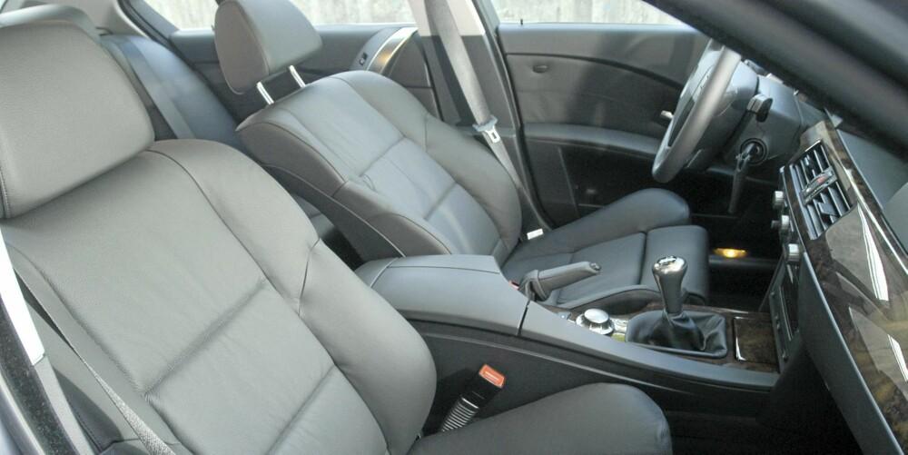 SKINN: Gode seter og bra sittekomfort, skinnseter er et viktig utstyrselement i en bil som dette.
