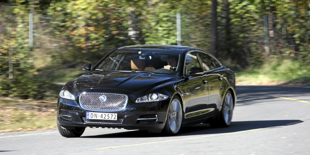 DEN STILLESTE: Luksusbilen Jaguar XJ er den bilen vi har testet med lavest støynivå på sommerdekk.