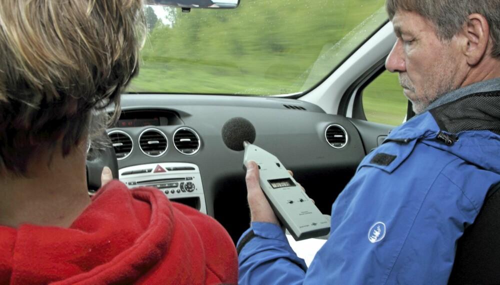 STØYMÅLING: Å måle støynivået innvendig er viktig når vi tester biler.