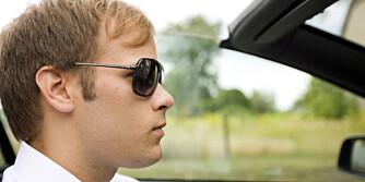 GODE KJØREBRILLER: For ikke å skjerme vidsynet, bør brillestengene være så smale som mulig, og brillene bør enten ha åpne glass, eller glass som er svakt buet rundt siden av hodet, slik at heller ikke rammen skjermer for vidsynet.