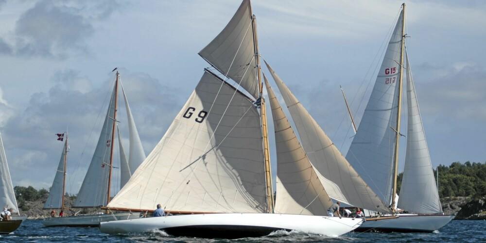I LEDELSEN: Nanna (med seilnummer G 15) leder feltet og i klassiske regattaer er den raske seilbåten en fryktet konkurrent.