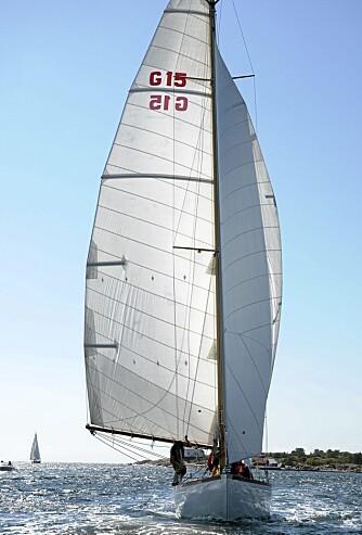 STOR GLEDE: ¿ Ingenting kan måle seg med lyden av bølgeskvulp som slår om baugen, sier Børre Bergshaven, stolt eier av meterbåten Nanna.