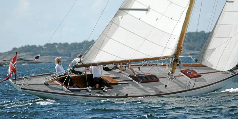 ÅPEN OG ORIGINAL: Åpne og ryddige dekksarealer er viktig når båten skal seile regatta og på Nanna er flushdekket nå tilbakeført til opprinnelig standard.