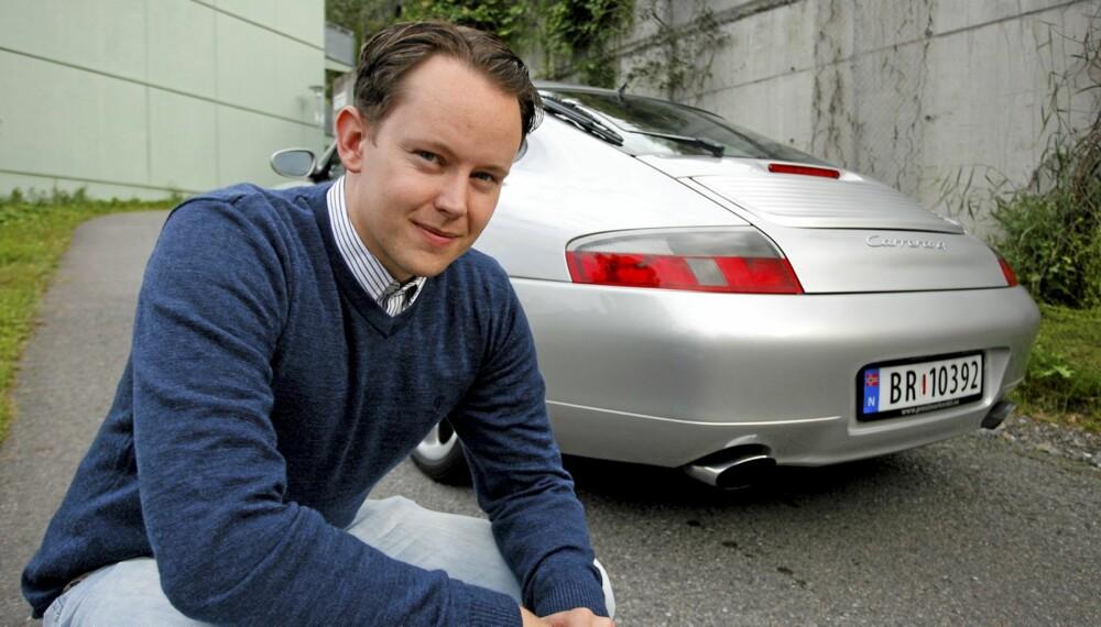 FULGTE DRØMMEN: 27 år gamle Kyrre Lindquist har vært opptatt av Porsche så lenge han kan huske, og i år fikk han endelig muligheten til å kjøpe det som kan sies å være hans drømmebil. - Jeg hadde bilde av en 911 på veggen da jeg var liten, så det var egentlig ikke noe tvil, sier Porsche-entusiasten. Lindquists bil er en 1999-modell Porsche 911 Carrera 4, og han er tydelig fornøyd med å ratte bilen fra Stuttgart.