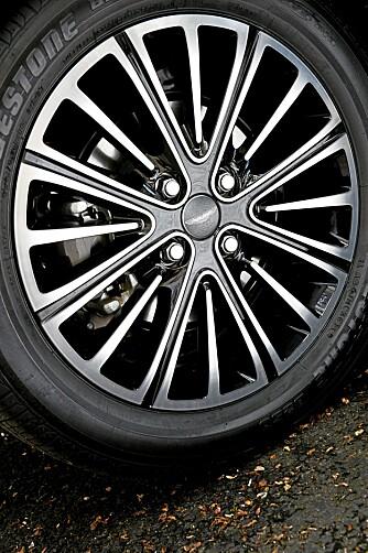 LITT EKSTRA: Aston Martin har selvsagt spandert nye felger. FOTO: Aston Martin