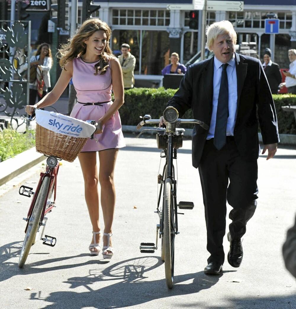 Borgermester Boris Johnson og Kelly Brook fronter kampanjen som skal gjøre London til en mer sykkelvennlig storby.