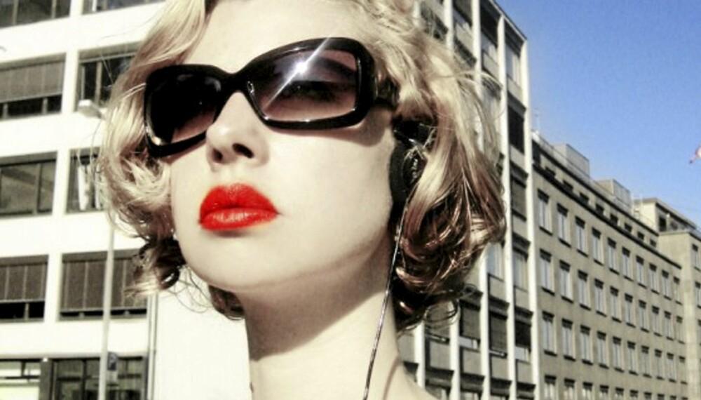 Sandra er ikke bare en anerkjent fotograf. Hun bruker seg selv som modell, er stylist og designer.