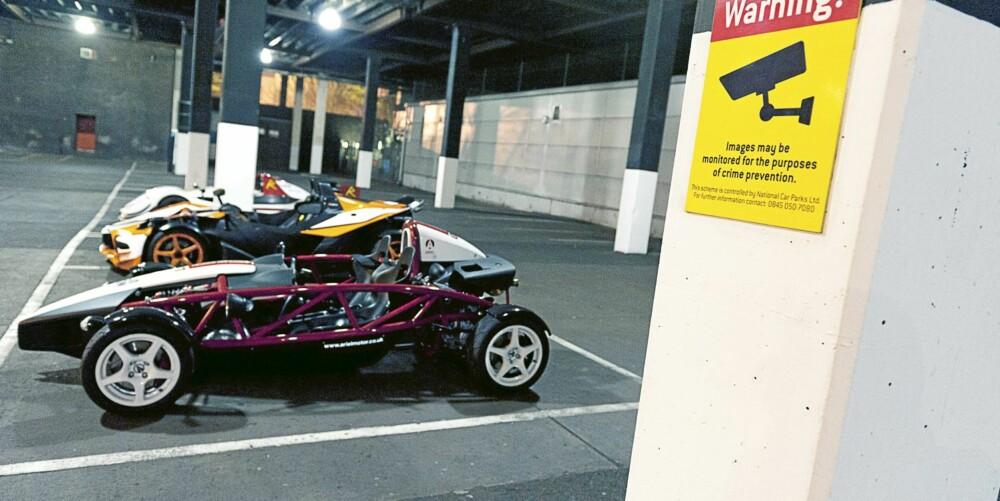 TO PASSER: Det er kun to av disse bilene som passer inn i det urbane miljøet. Radicalens racinggener stritter imot.