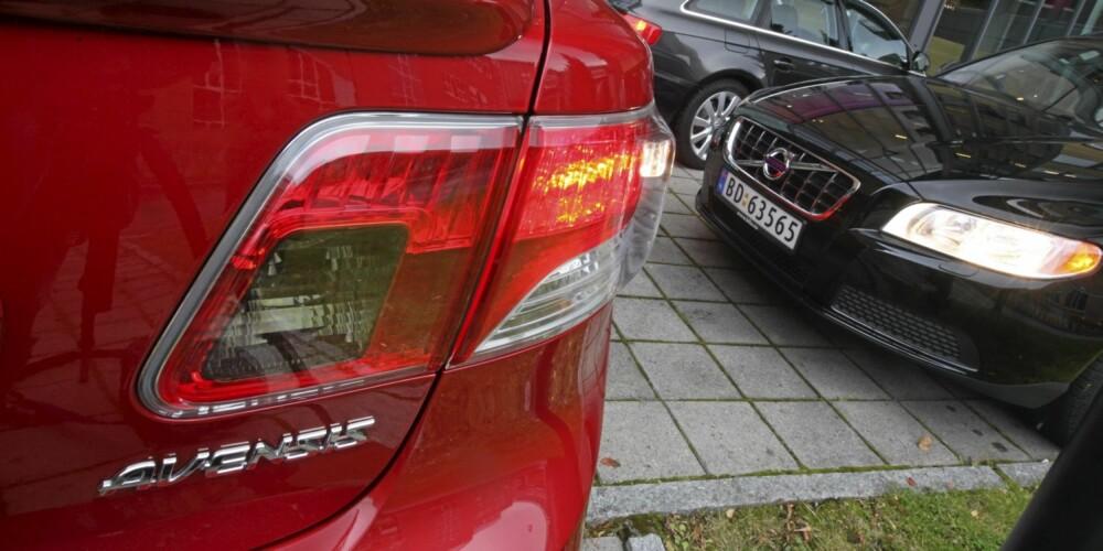 SIKRE: Toyota Avensis og Volvo V70 er svært sikre biler. Foto: Egil Nordlien HM Foto