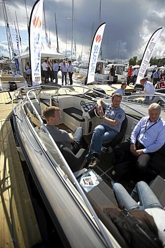 PLASS: Sitteplass til syv og ekstra plass til å fiske skal friste praktiske båtbrukere.