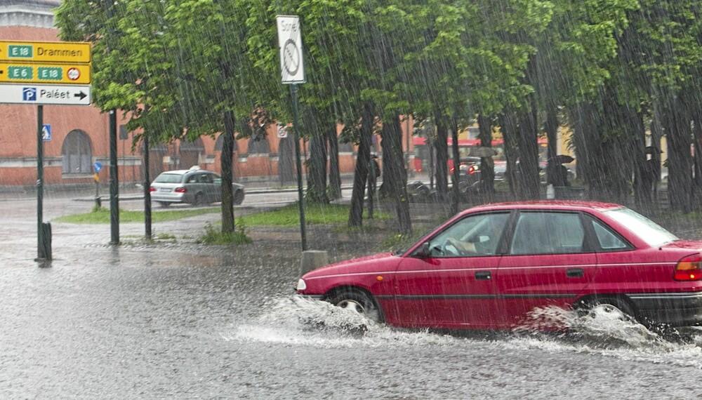 VANNDAMMER: Kraftige regnbyger i morgenrushet i Oslo. Store vanndammer har samlet seg  fra rundkjøringen og opp til korttidsparkeringen ved Oslo S. Foto: Berit Roald / Scanpix.