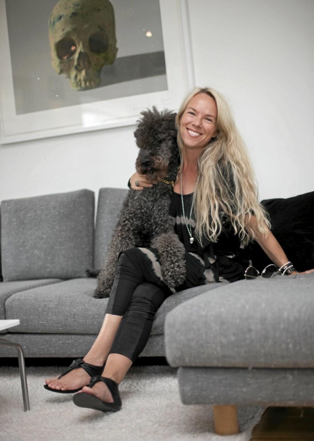 INTERIØR: Smykkedesigner Lisbeth Omdal Fure er en av grunderne bak smykkemerket Love Stones. Også hjemme er hun glad i å pynte med skaller, bare sjekk Damien Hirst-fotografiet på veggen.