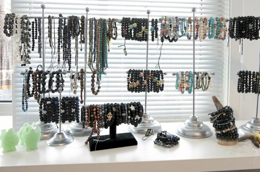 """POPULÆRT: - Vi lager smykker for alle kvinner, smykker som du kan kombinere på din egen måte, lage ditt eget personlige uttrykk, din egen """"love story"""", forklarer Lisbeth."""