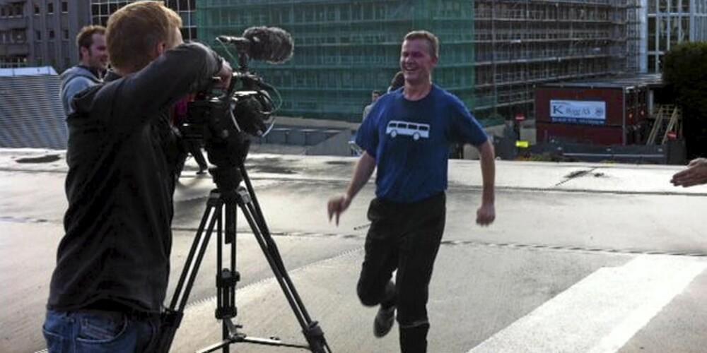 Her tester Erik Solheim «The Long Run»-appen på vei til jobben.