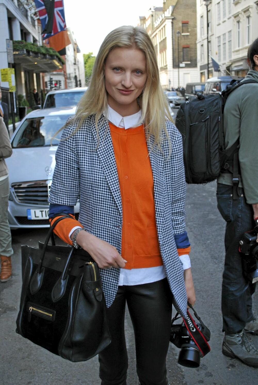 LONDON FASHION WEEK: Utenfor Mullberrys visning stod denne stilsikre dama  som like gjerne kunne ha vandret på catwalken under DKNY sin AW11 visning. Hvem har inspirert hvem?