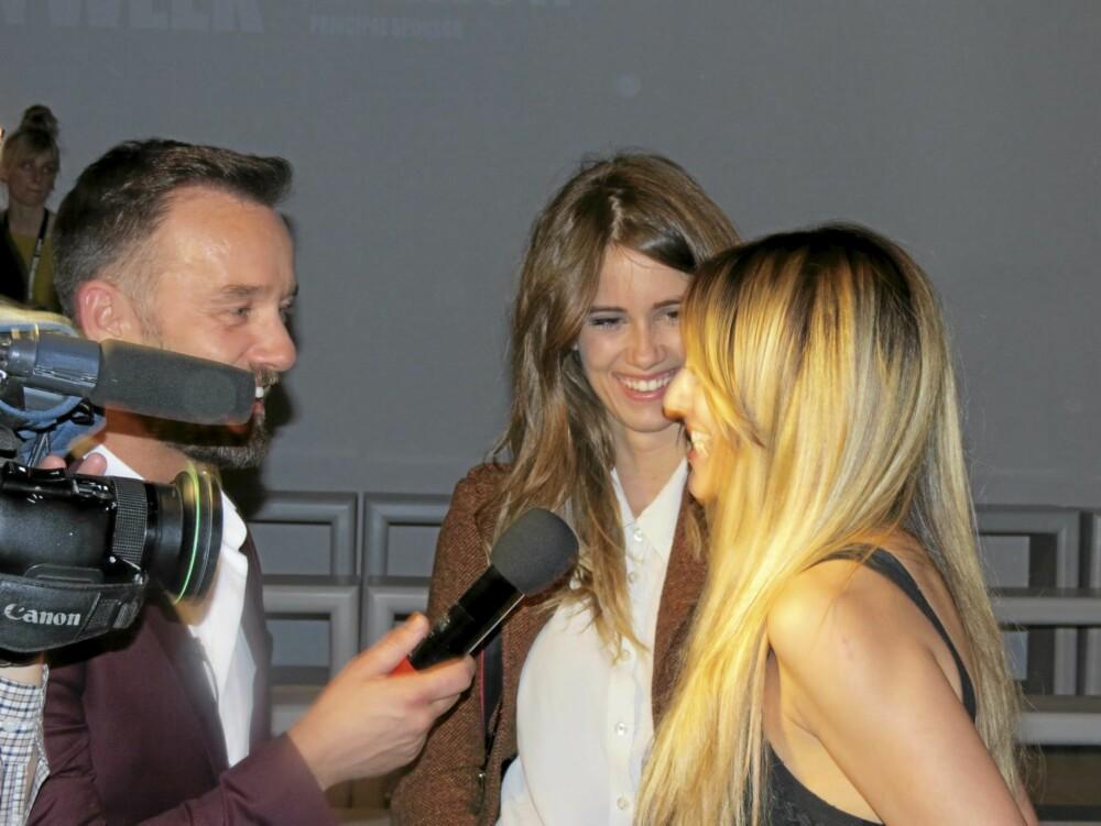 LONDON FASHION WEEK: Sangerinnen Jade Williams skryter av motevisningen til Mark Fast, til de fremmøtte journalistene.