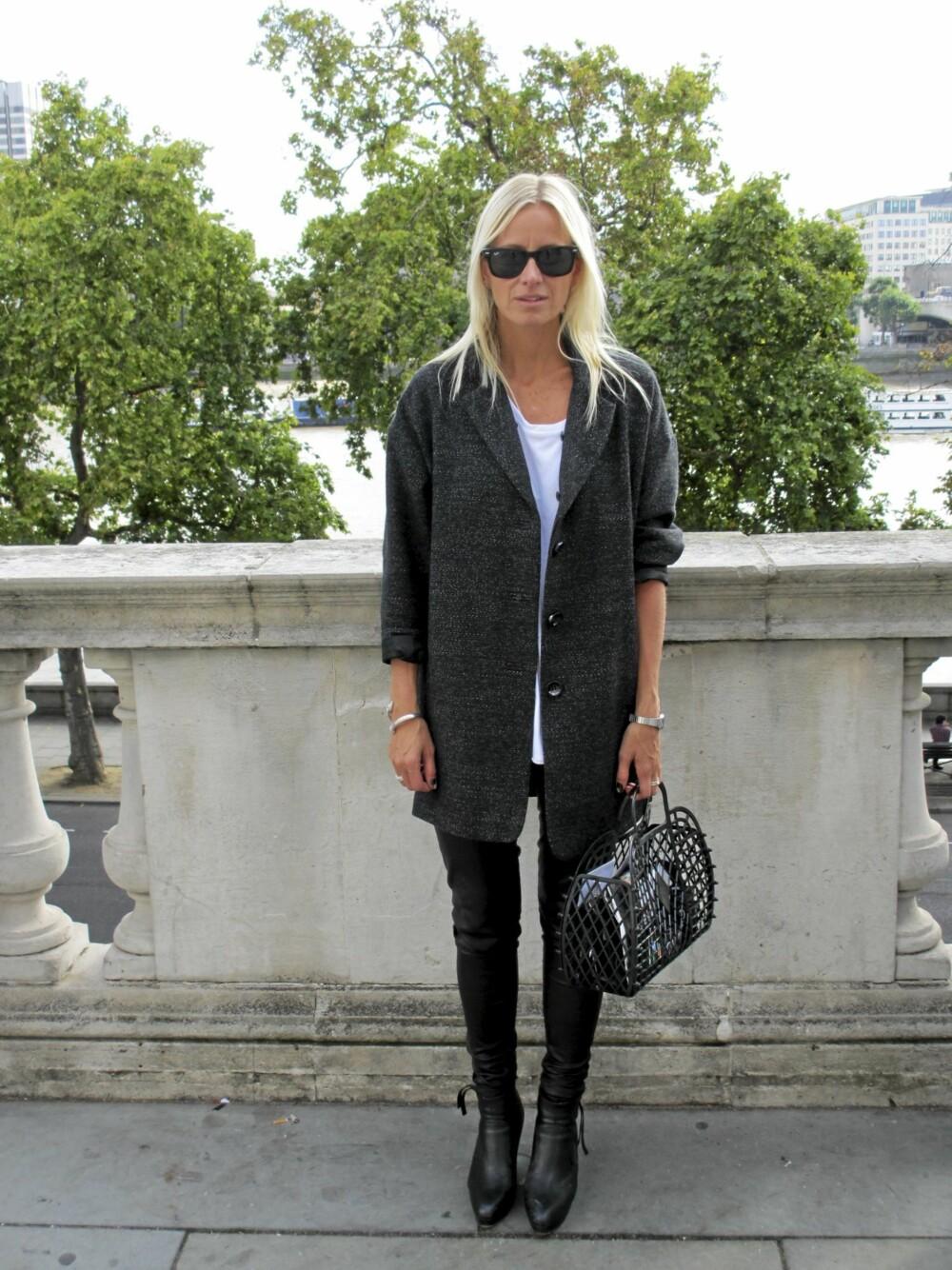 LONDON FASHION WEEK: Mag-redaktør Celine Aagaard sverger til svarthvitt og spennende detaljer. Her gjelder det å ha orden i veska!