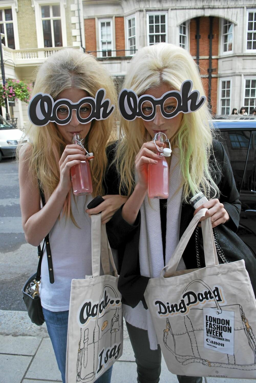 LONDON FASHION WEEK: Brus med smak av ¿Mulberry¿, designernes egne pappbriller og Fashion Week veske. At dørvakta ikke forstod at disse modellene tilhørte Mulberrys visning, er ikke lett å forstå. Heldigvis slapp de inn i lokalet for å gi oss et lekkert show!