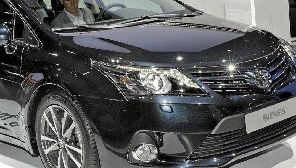 NY: Nye Avensis får en mer aggressiv front som er i tråd med Toyotas nye uttrykk. Kjøreegenskapene skal bli bedre og kvalitetsopplevelse innvendig økes noen hakk.