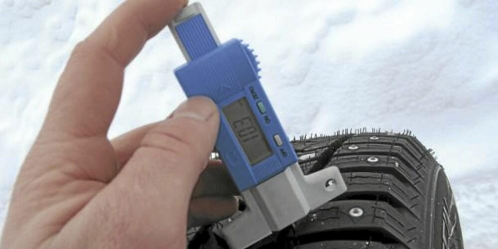 MÅLER: Kjøp en mønsterdybde-måler på din nærmeste bilrekvisitabutikk. Trekk heller fra enn å legge til