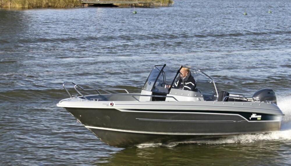 ALLROUNDER: Yamarins bowrider siker seg inn på allroundbrukeren, med spesielt mange sitteplasser om bord.