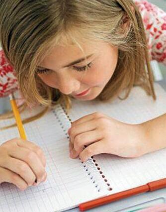 FØLG UTVIKLINGEN: Vær tilgjengelig for barnet når det skal gjøre lekser, og følg med på den faglige utviklingen. Dette er viktig for å kunne gi tilbakemelding til skolen.