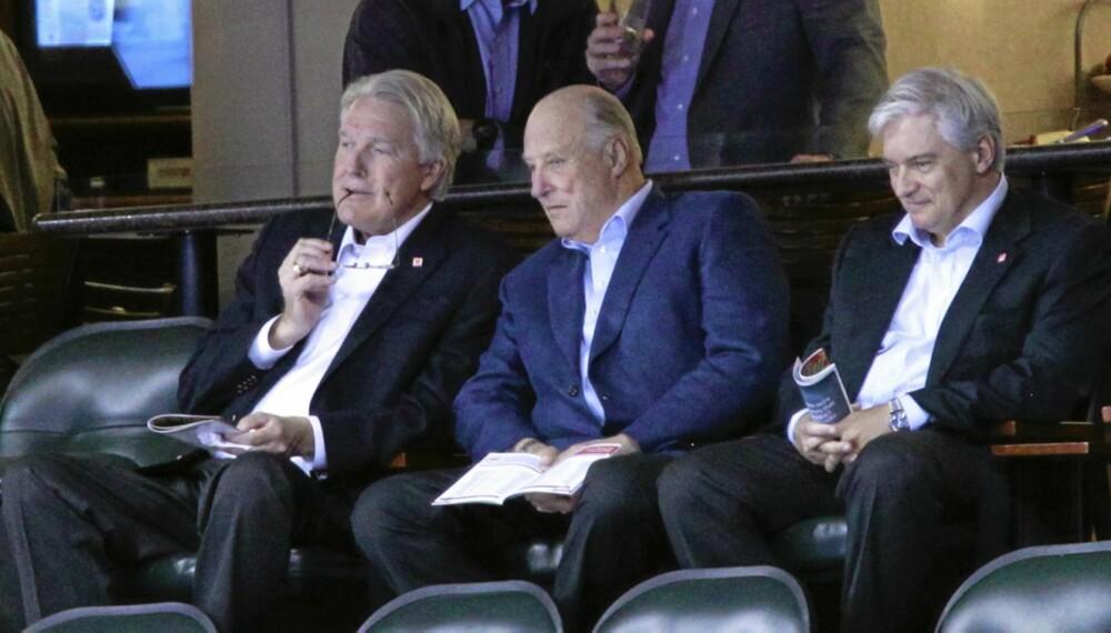 Kong Harald (midten) var tilstede på ishockeykampen mellom Minnesota Wild og Detroit Red Wings lørdag. T.h. ambassadør Wegger Chr. Strømmen.