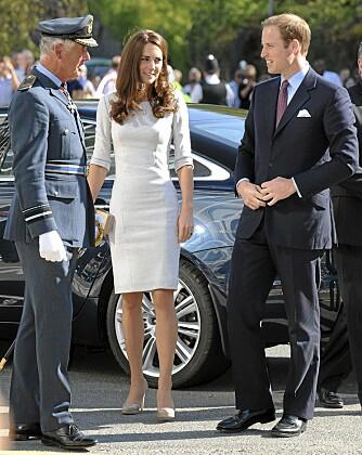 FORTSATT SLANK: Hun er ikke akkurat ferm, Kate middleton. Nå har hun imidlertid begynt å legge litt på seg. Her sammen med prins William under et besøk på Royal Marsden Hospital i slutten av september.