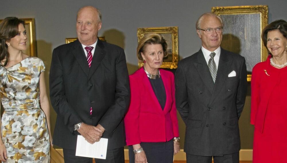 I NEW YORK: Her åpner dronningen en utstilling i Scandinavian House. Prinsesse Mary, kong Harald, dronning Sonja, kong Carl Gustaf og dronning Silvia var tilstede.