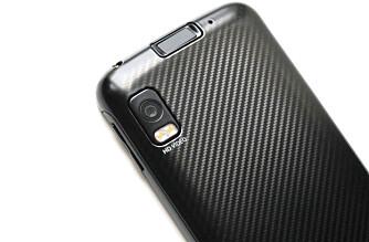 FINGERAVTRYKKLESER: Tasten på toppen av telefonen er en fingeravtrykkleser som kan brukes til å låse opp telefonen.