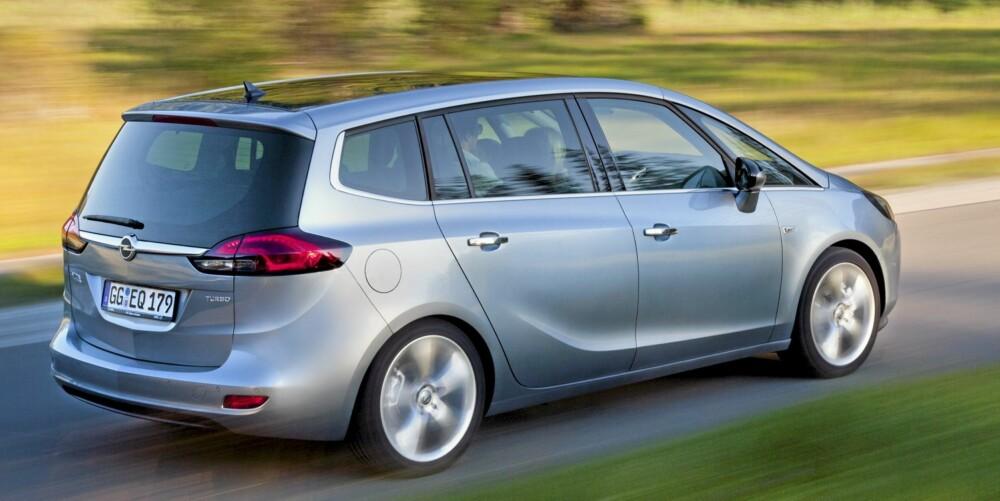 RETT HEKK: For å sikre mest mulig plass er hekken temmelig loddrett. Som femseter rommer bagasjerommet i Opel Zafira 710 liter. FOTO: Opel