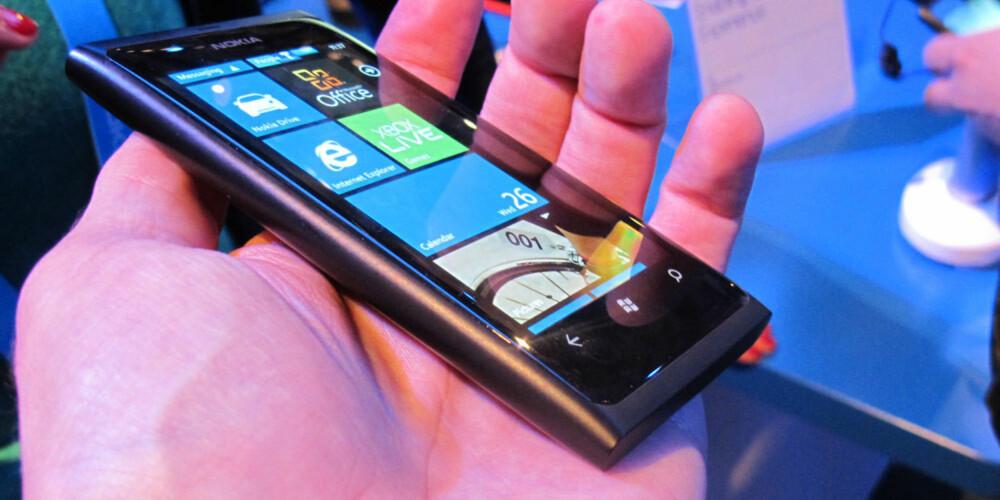GJENBRUK: Nokia Lumia 800 har nesten nøyaktig samme design som Nokia N9.