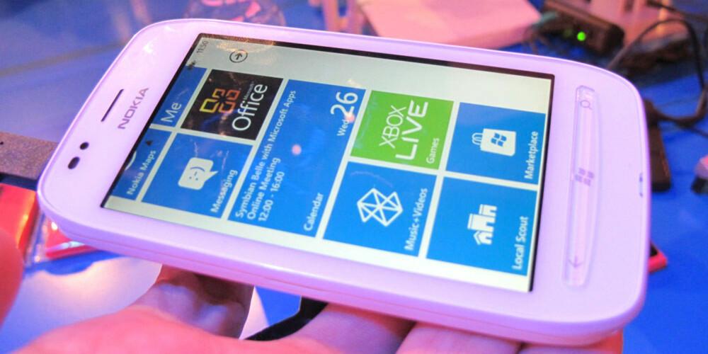 BILLIGERE: Lumia 710 koster mindre enn Lumia 800, noe som merkes i byggekvaliteten. Den føles rett og slett billigere.