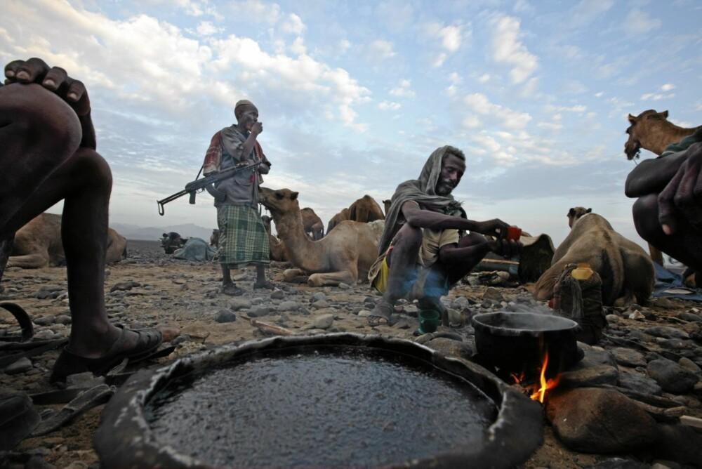 En kopp av denne kaffen holder deg garantert våken ut arbeidsdagen ... eller kanskje ut hele uka? Fra et kaffebål i Danakil-ørkenen i Etiopia.