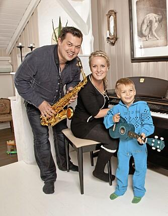 TRUBADURER: - Hos oss står alltid sang og musikk på menyen, ler Maria, Ole-Henrik og sønnen Johannes.