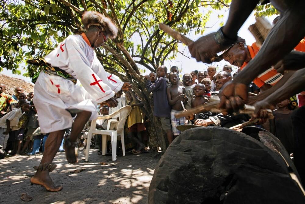 Den gale medisinmannen har drukket seg full på gjæra mais og motorolje. Nå vil han danse, mens stammens ¿orkester¿ dundrer på trommene.