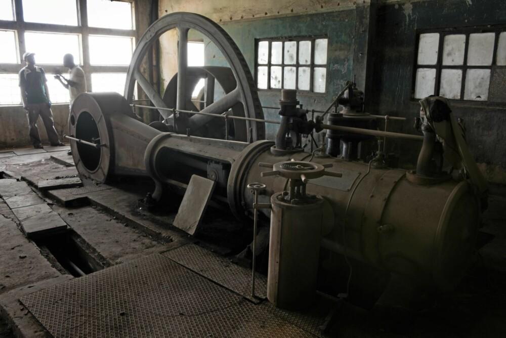 Nå står mange av dem som overgrodde industriskjeletter og vitner om fordums dager. På denne fabrikken, i Yangambi, jobbet det engang over tre tusen mennesker.