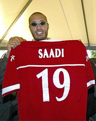 Saadi tror han er fantastisk til å spille fotball. Kun med hjelp fra pappa, med- og motspillere som har livet kjært, klarer han å utrette noe på banen.