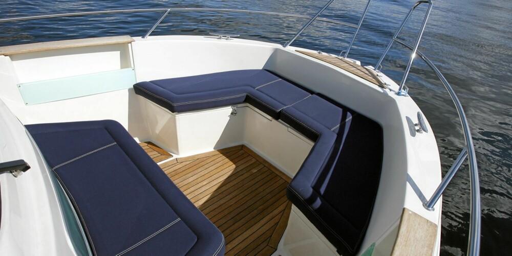 FAVORITT: Området i baugen blir fort ungenes favoritt. De høye skrogsidene gjør at ungene kan gå fritt omkring i båten.