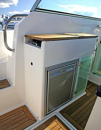 HELG: Med soveplass under tak, dusj på badeplattformen akter og pantry med koketopp, vask og kjøleskap, er det fullt mulig å bruke båten til helgeturer.