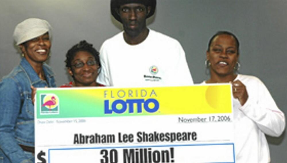 Digre Abraham Shakespeare poserer med familie og sjekk etter gevinsten i 2006.
