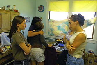 Jennifer Villarins søster blir trøstet og klemt av offerets venninne og datteren Selinas kusiner.